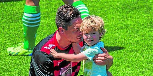 Garrido abraza con cariño a su hijo Hugo el día de su retirada.