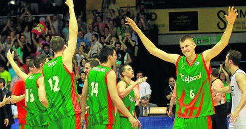 Porzingis, a la derecha, celebra la victoria de su equipo que los mete en ´playoff´.