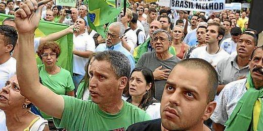 Miles de manifestantes salen a las calles de Sao Paulo para protestar por los gastos del Mundial.