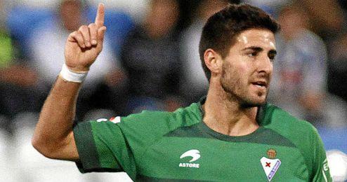 Raúl Navas, celebra un gol con la camiseta del Eibar.