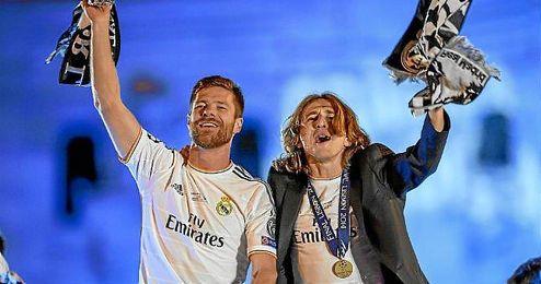 Xabi Alonso al lado de Luka Modric tras ganar la Liga de Campeones en la plaza de Cibeles.