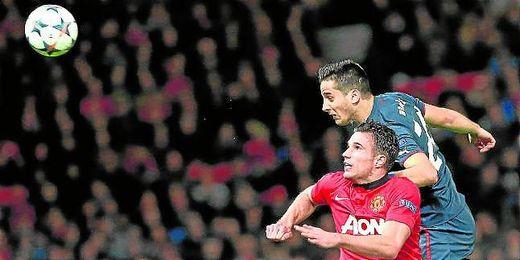 Manolas le gana la partida por arriba a Van Persie en el duelo de Champions contra el Manchester United.