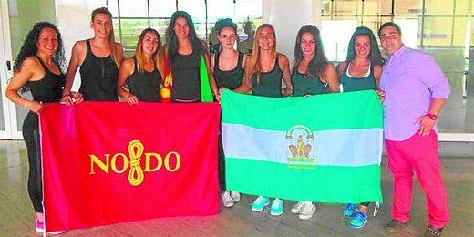Las jugadoras del equipo sevillano posaron ayer en el aeropuerto antes de partir hacia tierras griegas.