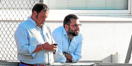Víctor Orta, durante su etapa como secretario técnico del Sevilla, junto al jefe de prensa nervionense.