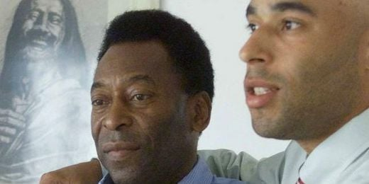 Pele a la izquierda junto a su hijo, Edinho
