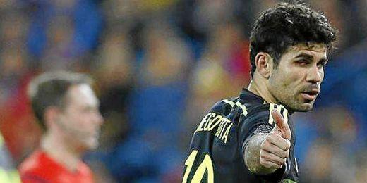 Diego costa con el pulgar levantado durante su único partido con la selección española