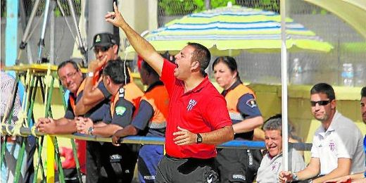Manuel Luque, entrenador del Lora en las últimas campañas, dirigiéndose enérgicamente a sus hombres.