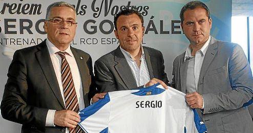 Presentación de Sergio González como nuevo entrenador del Espanyol. En la imagen, Collet, Sergio González y Perarnau.