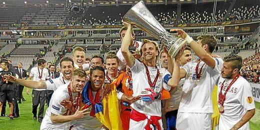 Los jugadores del Sevilla FC celebran la conquista de la Europa League.