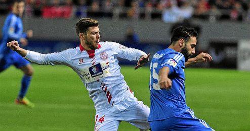 Alberto pugna con Carvajal en un partido de la pasada temporada.