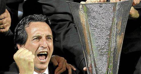 Unai Emery, junto a la copa de la UEFA sobre el césped del Juventus Stadium.