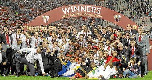La plantilla sevillista celebra la Europa League en el Juventus Stadium.