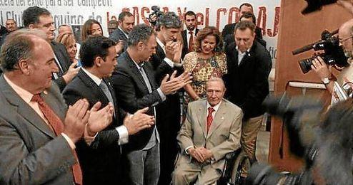 Roberto Alés, aplaudido a su entrada al antepalco del Sánchez Pizjuán.