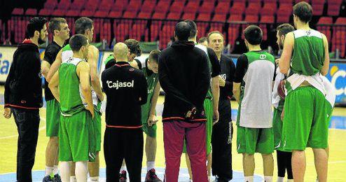Los jugadores del Cajasol atienden a las explicaciones de Aíto durante un entrenamiento.