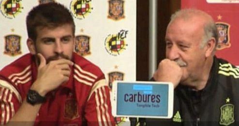 Momento en el que Del Bosque y Piqué dialogan sobre Cesc.