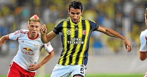 Mehmet Topal conduce el balón con el Fenerbahçe.