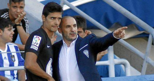 Ferrer da instrucciones a Nieto durante un partido del Córdoba.