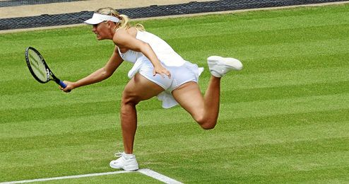 Sharapova durante un partido sobre la hierba de Wimbledon