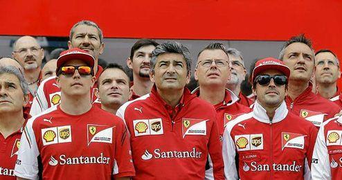 Marco Mattiacci junto a sus dos pilotos del equipo