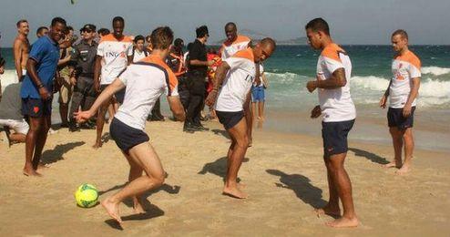 El combinado holandés se ejercita en la playa.