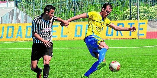 En la imagen, Blanco controla el balón ante la presión del extremo zurdo mairenero Gabri Mayorga.