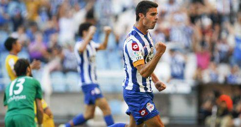 Juan Domínguez, vinculado al Sevilla, celebra un gol con el Deportivo.