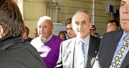 Lopera, a la salida de los Juzgados de Sevilla.