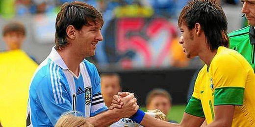 Leo Messi saluda a Neymar durante un partido con sus respectivas selecciones.