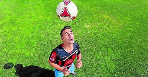 Dani Cadena, con la elástica del C. D. Walter Ferreti, posa para ESTADIO haciendo malabares con el balón.
