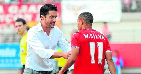 Julio Velázquez, da órdenes a Wellington Silva, uno de los futbolistas que querría volver a dirigir la próxima campaña en Heliópolis.