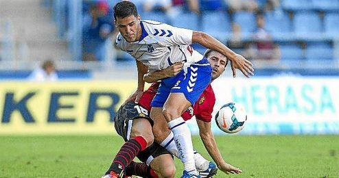 Bruno pugna por el balón con Víctor Casadesús.