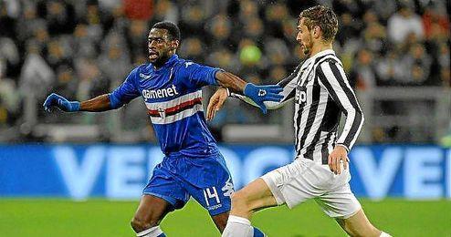 Obiang conduce el balón ante la presión de Fernando Llorente.