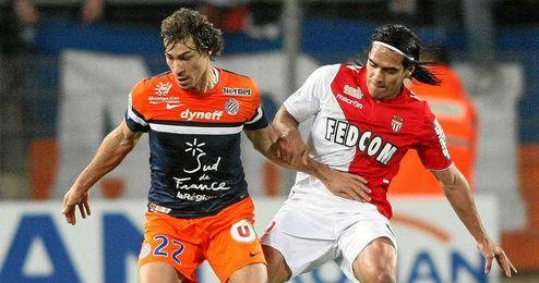 Stambouli, en un partido de la última temporada en la Ligue 1 tapando a Falcao.