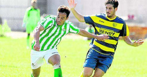 Álvaro González trata de regatear a un rival esta temporada