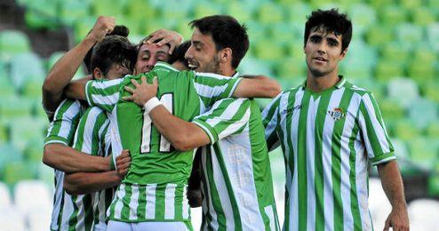 Los jugadores del filial celebran un gol ante el Anguiano.