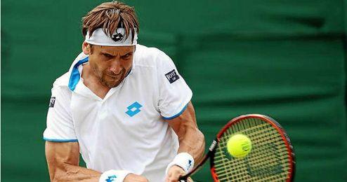 Ferrer devuelve una pelota en Segunda Ronda de Wimbledon