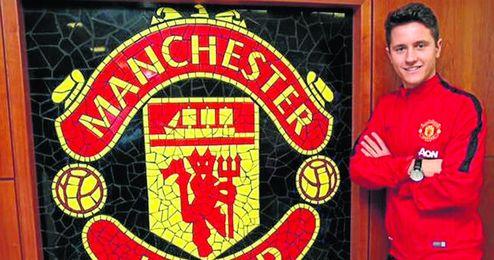 Ander Herrera ya posa con el escudo de su nuevo equipo, el Manchester United, donde jugará las próximas cuatro temporadas.