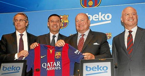 Bartomeu, presidente del Barcelona, junto a los representantes de Beko.