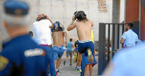Varios aficionados de Las Palmas corren por los aledaños del estadio.