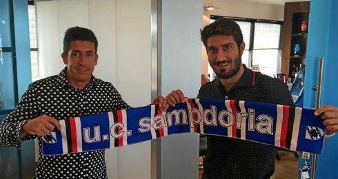 José Gómez Campaña posa con su agente, Enrique Rosado, con la bufanda de la Samp.