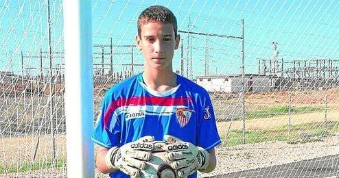 Sergio Rico posa bajo los palos en la ciudad deportiva nervionense durante su etapa como cadete.