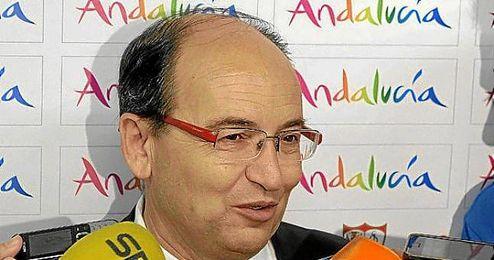 José Castro atiende a la prensa antes de viajar con el Sevilla.