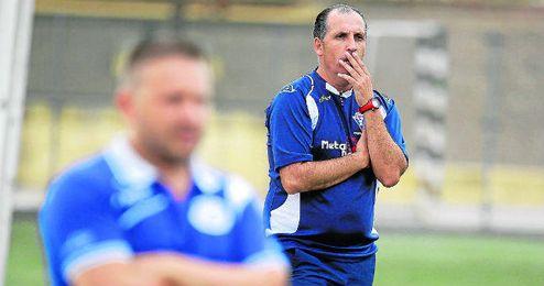 José Antonio Granja sigue con atención el partido del sábado; en primer término, Domingo Caro, del Estrella.