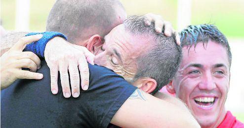 Los jugadores torrealbenses se fueron al banquillo para celebrar uno de los tantos ante La Jara con Joaquín, portero suplente en las jornadas anteriores.