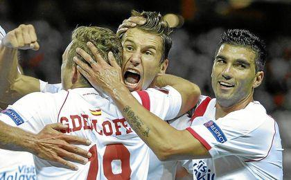 Los jugadores sevillistas celebran un gol ante el Feyenoord en la primera jornada de la competición europea.