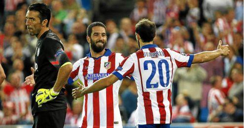 Arda y Juanfran celebran el gol del turco