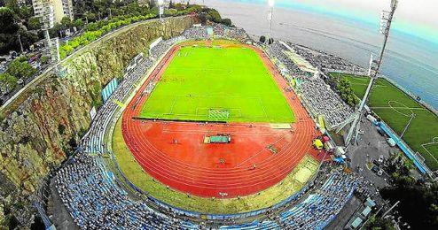 El Stadion Kantrida está situado entre los acantilados y la costa del Adriático, ofreciendo una curiosa estampa.