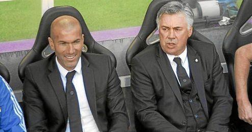 Ancelotti junto a Zidane en el banquillo del Madrid la temporada pasada.