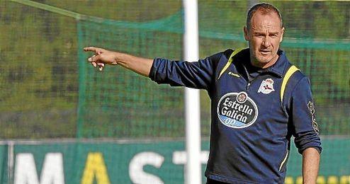 Víctor Fernández, en un entrenamiento con el Depor.