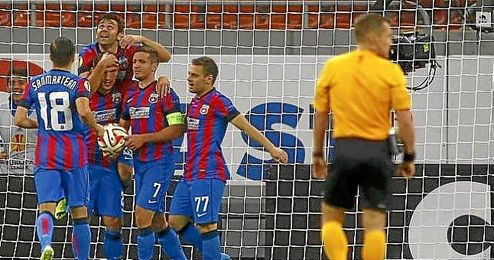 Rusescu celebra un gol con sus compañeros en el Steaua.